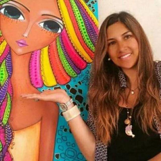 Romina Lerda junto a una de sus obras.