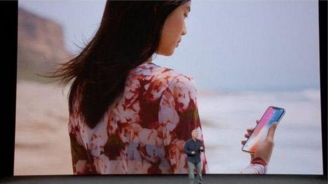 આઈફોન X સાથે મહિલા