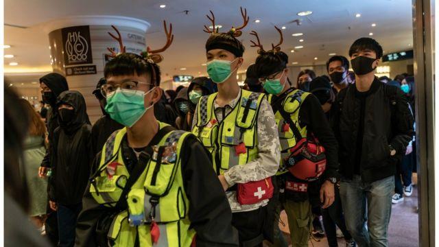 義務急救員帶起聖誕頭飾。