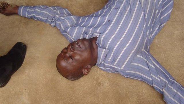 Un Nigérian est allongé sur le sol pendant une séance de guérison à Lagos, sur une photo non datée.