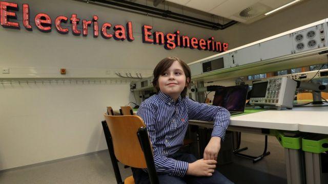 Лоран Симонс учился на кафедре электротехнических наук