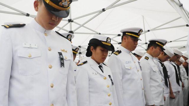 홋줄 사고로 순직한 고 최종근 하사 안장식에서 묵념을 하고 있는 해군 장병들