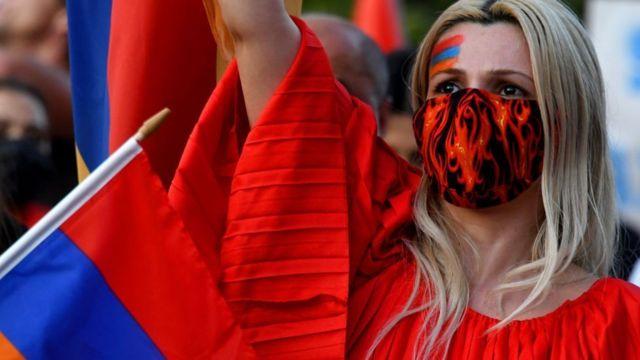 Mujer protestando ante el consulado de Azerbaiyán en Los Ángeles.
