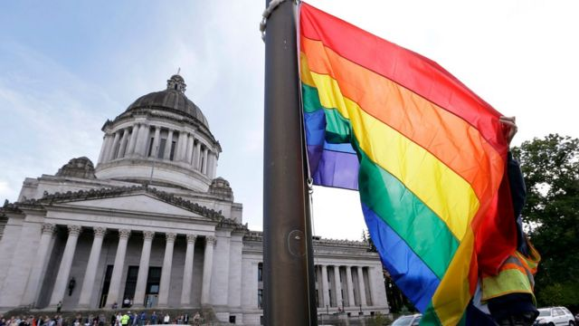 Bandeira gay hasteada em frente ao Capitólio, nos EUA