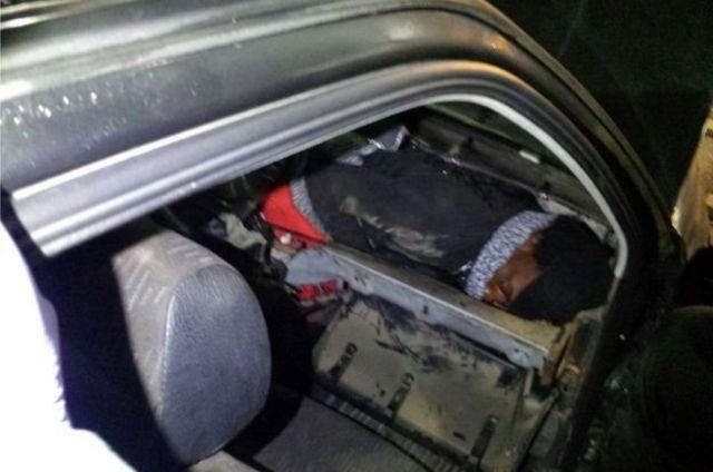 مهاجر في حقيبة السيارة