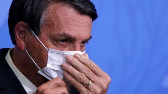 Bolsonaro aparece de perfil ajeitando máscara contra coronavírus