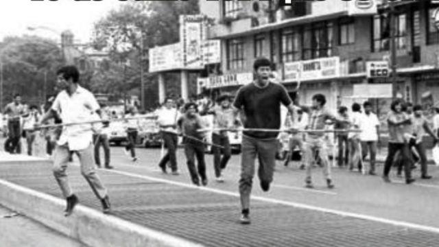 Decenas de jóvenes con palos y varas de bambú comenzaron a golpear violentamente a las personas a su paso.