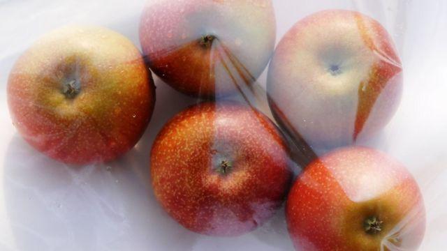 سیب قرمز داخل کیسه نایلون