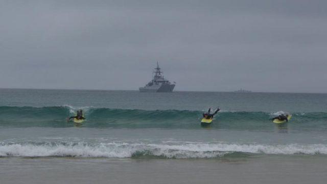 峰会举行的康沃尔圣艾夫斯湾(St Ives Bay)内,停泊了两艘战舰。(photo:BBC)