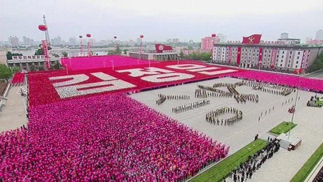 数十万人の巨大なマスゲームが党のスローガンを次々に描き出した