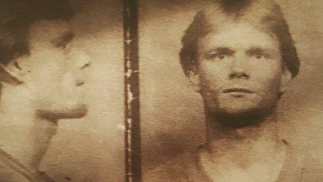 Foto policial de Nick Yarris, de perfil y de frente.