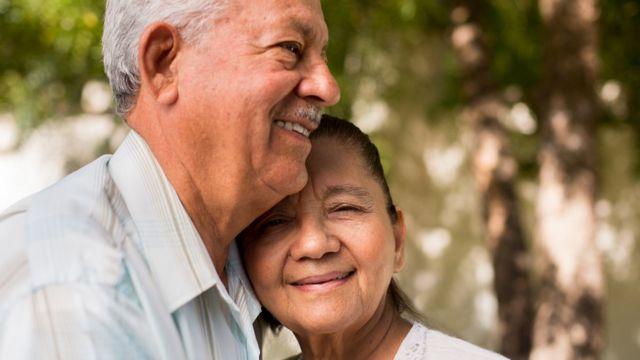Una pareja de ancianos.