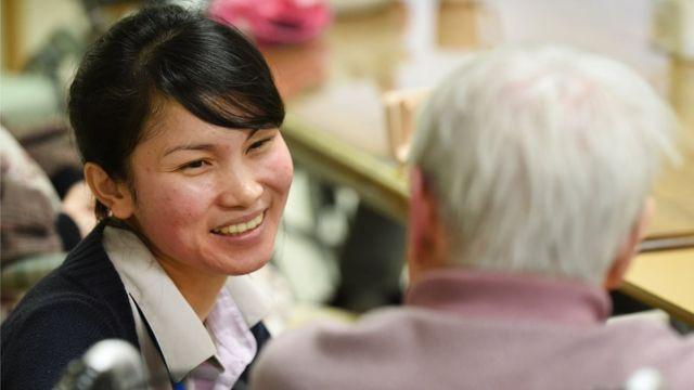 Nhiều nữ thực tập sinh nước ngoài sang Nhật làm việc trong những ngành như chăm sóc người già, may mặc và chế biến thực phẩm