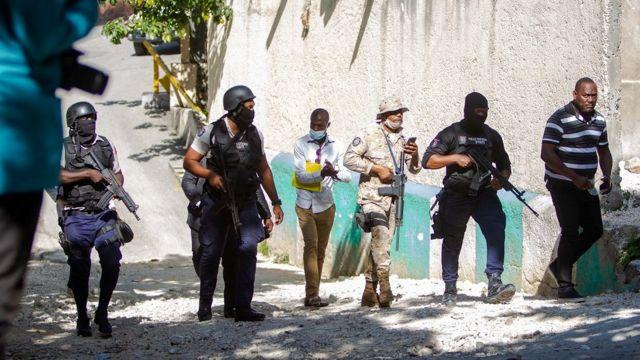 Des agents de police travaillent près de la maison du président haïtien assassiné, Jovenel Moise, à Port-au-Prince