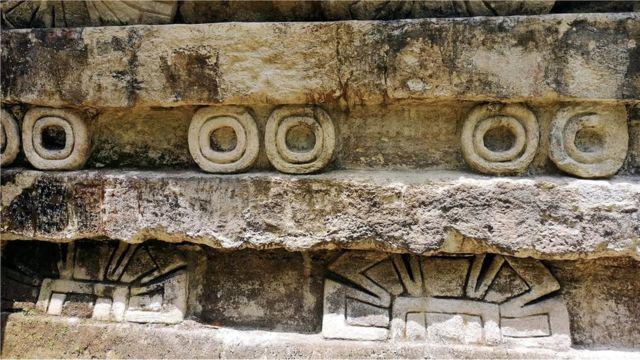 Adornos en un edificio maya