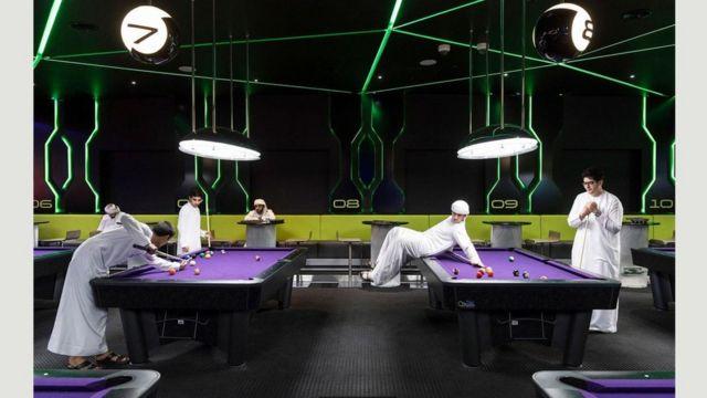 Чоловіки грають у більярд