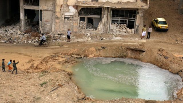 Fəallar deyirlər ki, cümə günü Hələbin Tariq al-Bab rayonuna yeraltı sığınacaqları da dağıtmaq gücü olan bomba atılıb.