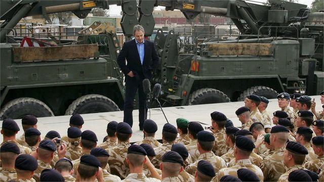 2005年にイラク・バスラで英軍部隊を前にあいさつしたブレア英首相(当時)
