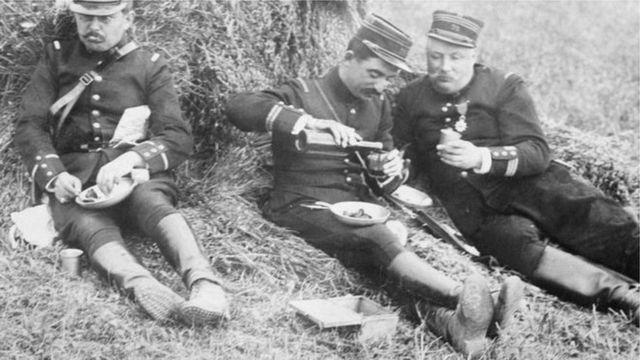 askerler yemek yerken