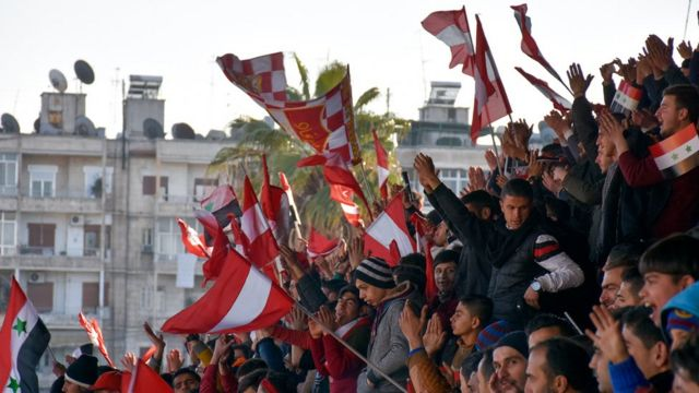 Los aficionados del Al-Ittihad ondean las banderas rojo y blanco, los colores de su equipo.