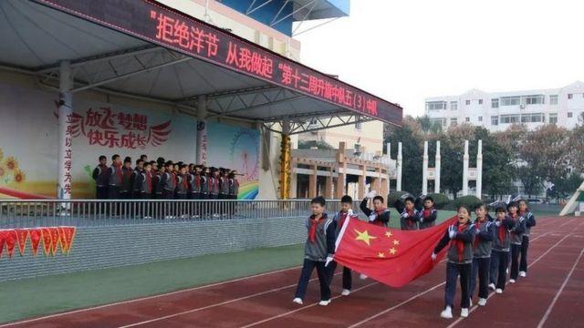 """咸阳市杨凌高新小学,十一月曾举行""""拒绝洋节 从我做起""""国旗下演讲活动"""