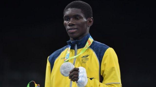 Yurberjen Martínez con la medalla de plata.