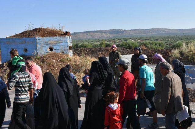Desplazados sirios caminan en zonas controladas por kurdos.