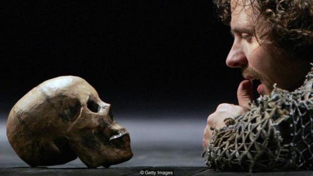 Sự truy lùng của Hamlet là vì động cơ trả thù, cũng như biết bao câu chuyện trong lịch sử