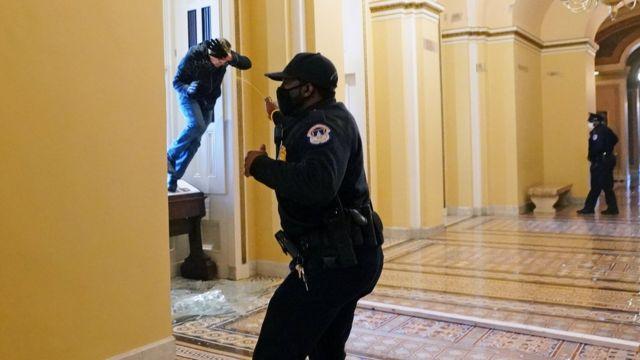 Співробітники поліції застосували балончики зі сльозогінним газом