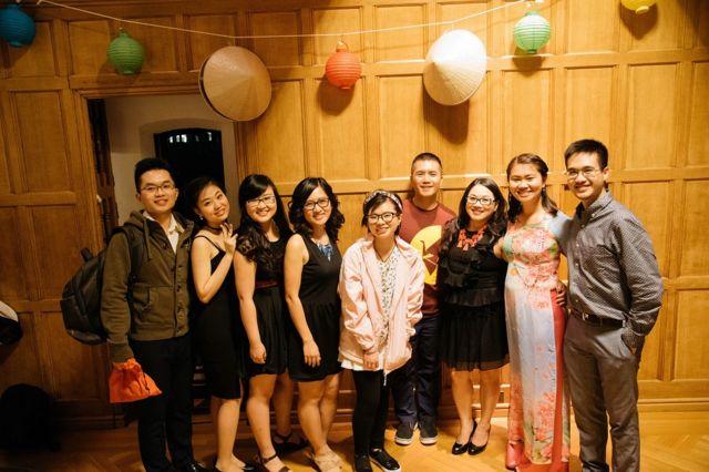 TS Phuong Nguyen (thứ 4, trái) cùng nhóm hợp ca Quintessence sau đêm văn hóa Cafe Sài Gòn do Hội Sinh viên Người Việt Đại học Cornell tổ chức