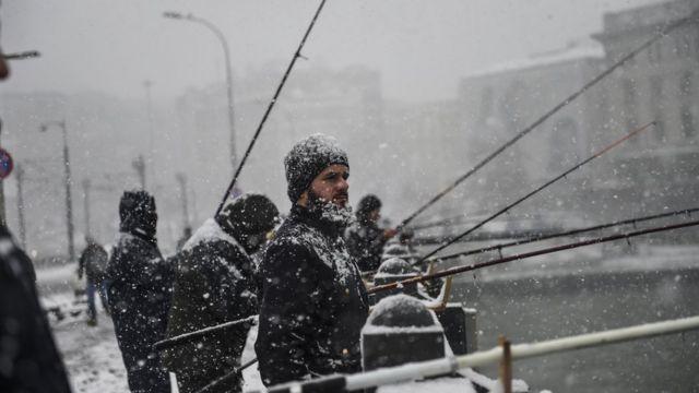 Galata Köprüsündə (Qalata Körpüsü) balıqçılar güclü qarda balıq tuturlar.