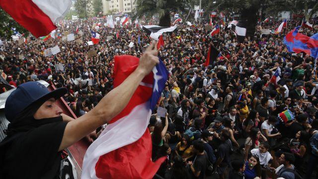 Multidão durante protesto no Chile