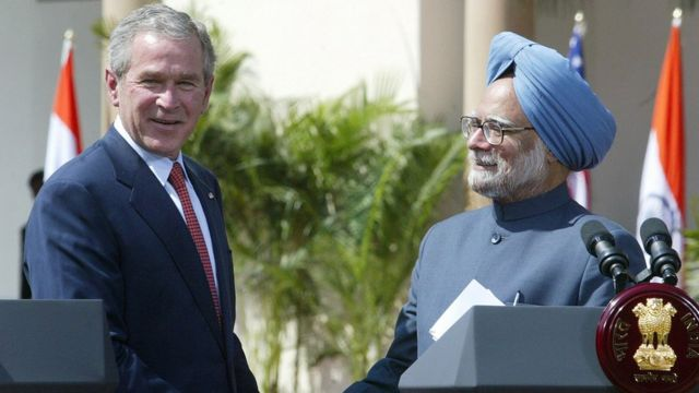 조지 부시 당시 미국 대통령과 만모한 싱 당시 인도 총리가 2006년 원자력 협정 체결을 발표하면서 악수하고 있다