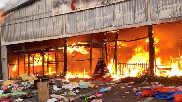 Alışveriş merkezleri ateşe verildi, temel ihtiyaçlara erişim zorlaştı.