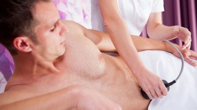 Hombre depilándose la barriga