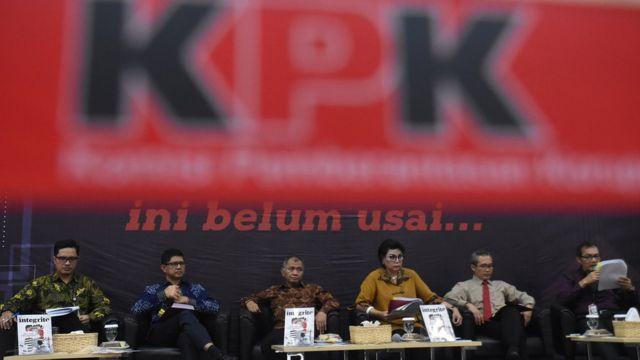 Ketua KPK Agus Rahardjo (ketiga kiri) didampingi Wakil Ketua Basaria Panjaitan (ketiga kanan), Alexander Marwata (kedua kanan), Saut Situmorang (kanan), Laode M. Syarif (kedua kiri), dan Juru Bicara Febri Diansyah (kiri) menyampaikan laporan kinerja KPK periode 2016-2019 di Gedung KPK, Jakarta, Selasa (17/12)