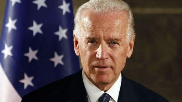 O americano Joe Biden, um homem branco de 77 anos e cabelos brancos