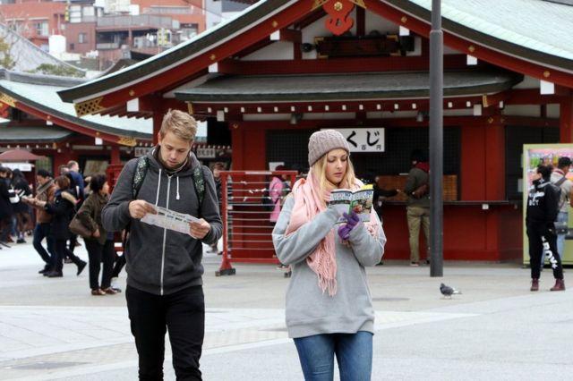 浅草寺を訪れた海外の観光客(昨年3月)
