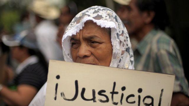 Marcha de activistas por los derechos humanos y familiares de desaparecidos durante la guerra civil en 2011 en San Salvador.