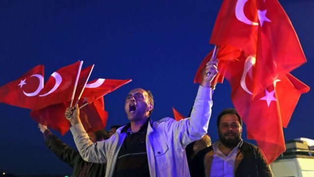 حامیان آقای اردوغان در استانبول به جشن و پایکوبی پرداختهاند