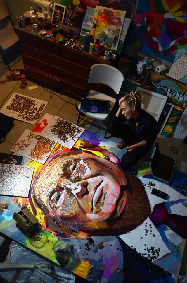 Художница Дарья Марыченко в мастерской работает над портретом Дональда Трампа