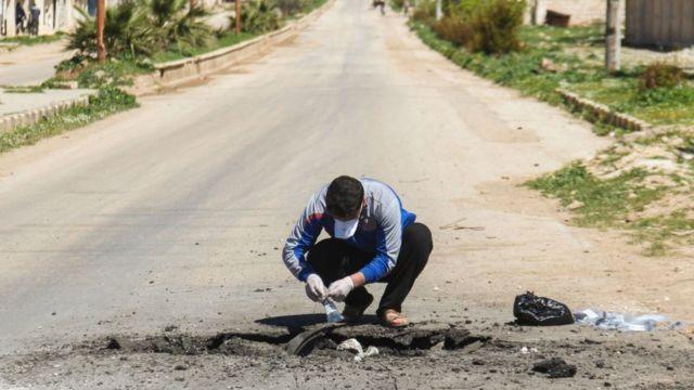 Bir Suriyeli Han Şeyhun'dan saldırı sonrası örnekler topluyor