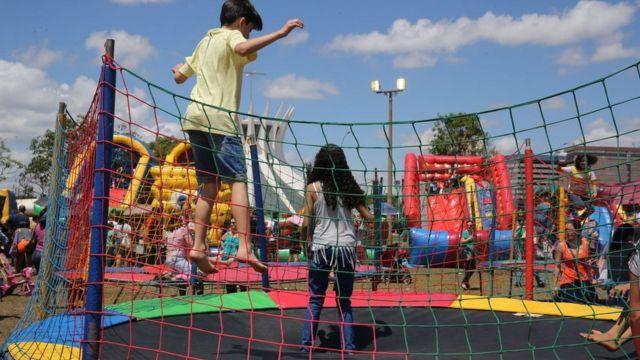 Crianças brincando em pula-pula, em programação especial para o Dia das Crianças em 2016, em Brasília