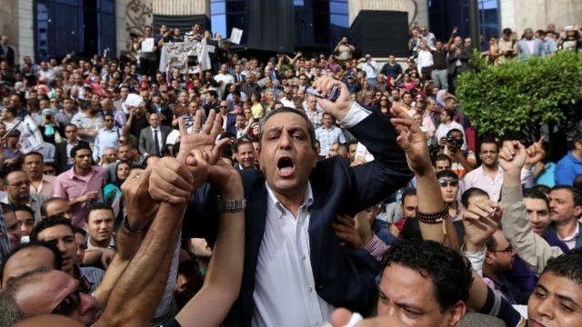 مجموعة من الصحفيين المصريين يحملون نقيبهم، يحيى قلاش، في وقفة احتجاجية أمام مقر النقابة (أرشيف)