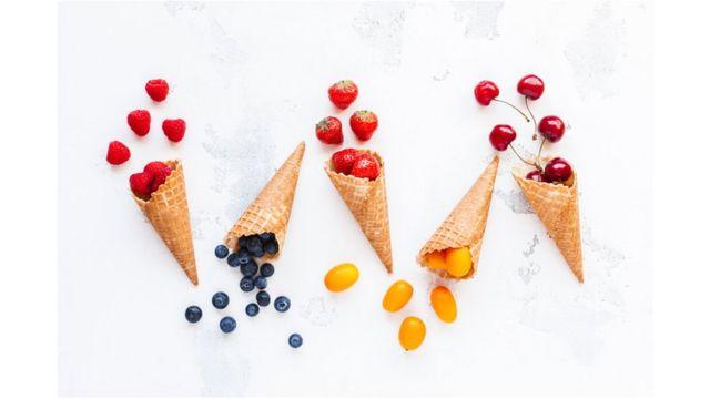Imagem de casquinhas de sorvete com frutas