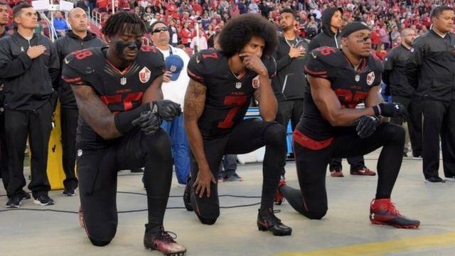 フィールド上での抗議行動は2016年に始まり、国を二分する大議論となった