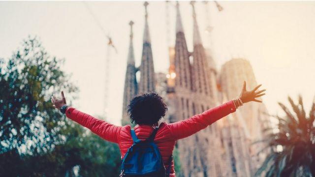 Una mujer mirando la Sagrada Familia de Barcelona