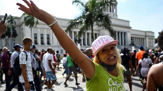 Mujer en La Habana en la protesta contra el gobierno de Cuba.