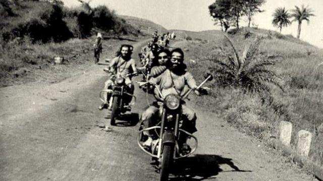 આગળની મોટરસાઇકલની પાછળ બેઠેલાં શીલાની તસવીર