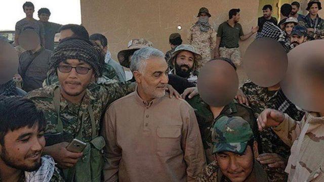 قاسم سلیمانی در جمع نیروهای لشکر فاطمیون که متشکل از نیروهای افغان است